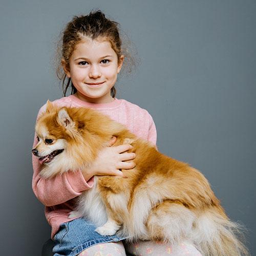 Biologische Therapie für Hunde Waldfischbach-Burgalben - Anja Wagner - Kind mit Hund im Arm